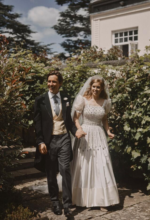 <strong>NYGIFTE:</strong> Prinsesse Beatrice og Edoardo Mapelli Mozzi på bryllupsdagen. FOTO: Benjamin Wheeler / NTB scanpix