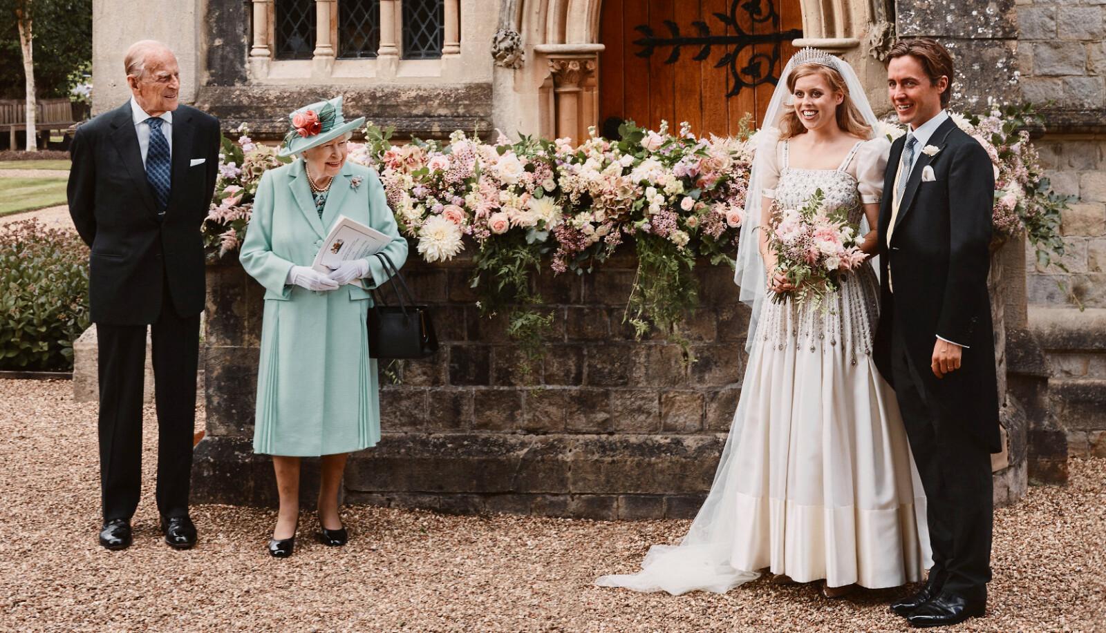 <strong>GODE MINNER:</strong> Det må ha vært svært spesielt for dronning Elizabeth å se barnebarnet gifte seg i kjolen hun selv har vært så glad i, så mange tiår etter at hun selv var ikledd den. Her utenfor kapellet hvor Beatrice og Edoardo giftet seg i juli 2020. FOTO: Benjamin Wheeler / NTB scanpix