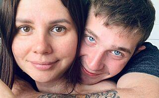 Han var stesønnen hennes i ti år. Nå er de gift og venter barn