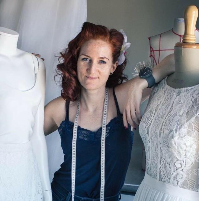 <strong>NORSK BRUDEKJOLEDESIGNER:</strong> Tuva Listau, som designer brudekjoler under eget navn, hyller prinsesse Beatrice for å gjenbruke sin farmors gamle kjole. FOTO: Hilde Omberg