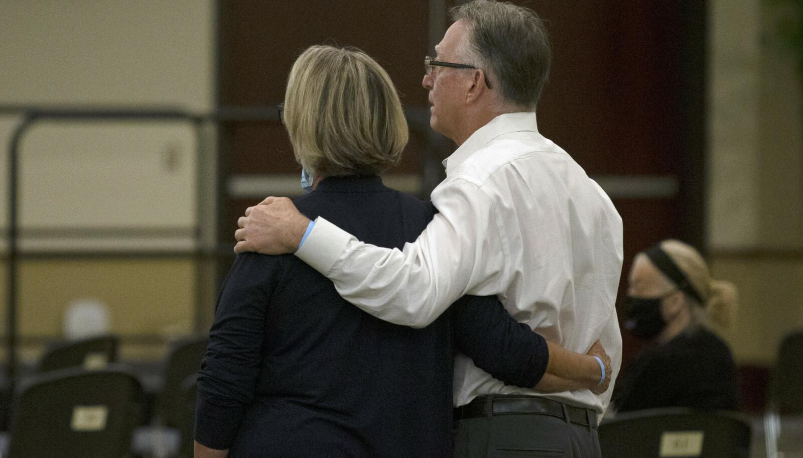 <strong>RETTFERDIGHET:</strong> Gay og Bob Hardwick arm i arm under en rettshøring i Sacramento Superior Court i juni 2020. Da erkjente DeAngelo 13 drap og flere overgrep - blant annet på Hardwick-paret. FOTO: NTB scanpix