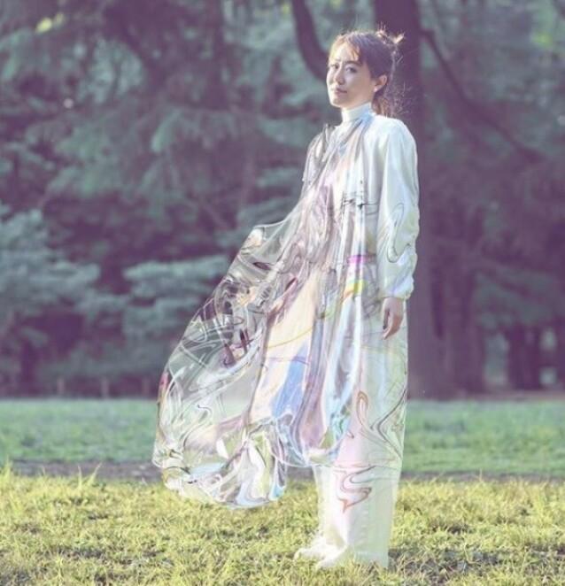 GAVE FRA EKTEMANNEN: Mary Ren iført den digitale kjolen med en prislapp på nærmere 90 000 kroner. Foto: The Fabricant / Instagram