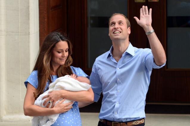 <strong>NYBAKTE FORELDRE:</strong> Dagen etter fødselen troppet de nybakte foreldrene prins William og hertuginne Kate opp utenfor St. Mary's hospital med sin førstefødte. FOTO: NTB scanpix