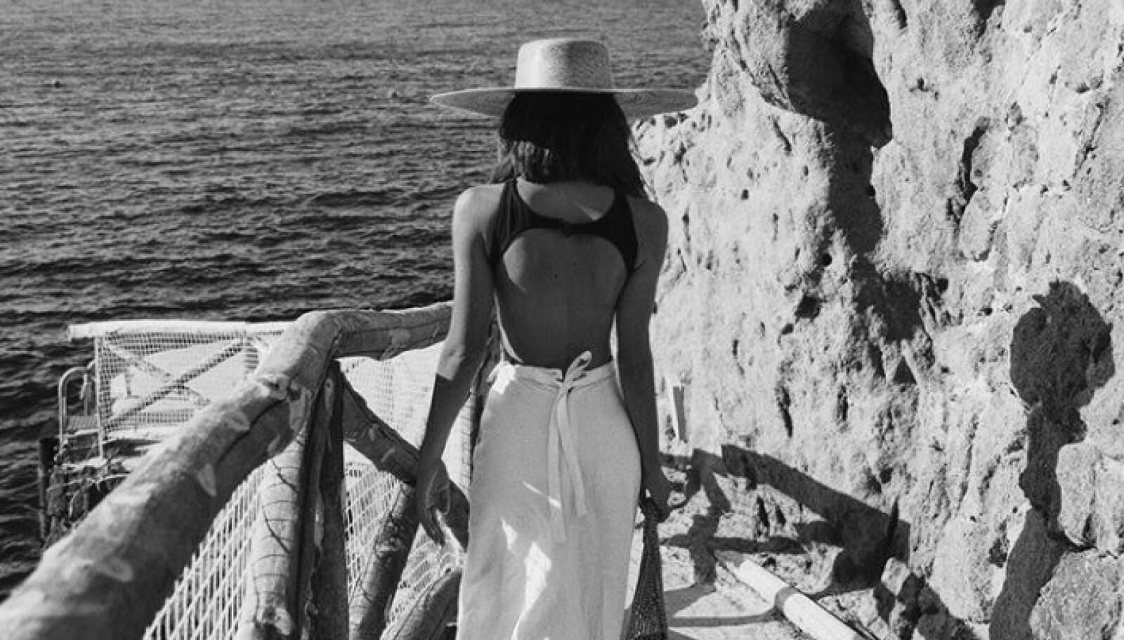 KLAR FOR STRANDA: Et skjørt sammen med en badedrakt er så fint! Topp det hele med en lekker solhatt og du er klar. Foto: Instagram: deborarosa