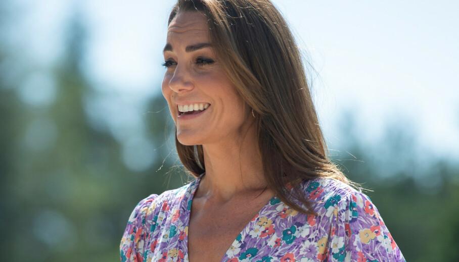 HERTUGINNE KATE: Du trenger ikke mye mer enn en skjortekjole for å stjele stilen til hertuginnen! Foto. NTB Scanpix