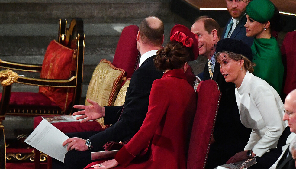 UBEKVEMT: Meghan og Harry satt langt unna storebror William og hertuginne Kate på deres siste oppdrag for det britiske kongehus. Her er William og Kate i samtale med prins Edward og hans kone grevinne Sophie. FOTO: NTB scanpix