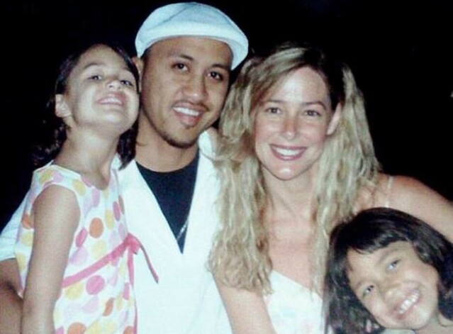 <strong>FAMILIE:</strong> Her er Vili og Mary Kay avbildet med sine to døtre, Audrey og Georgia. I dag er jentene henholdsvis 22 og 21 år gamle – cirka ett tiår eldre enn faren deres var da de kom til verden. FOTO: Twitter
