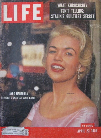 FAKSIMILE: Magasinet Life beskrev i 1956 Jayne som «Broadways smarteste dumme blondine».