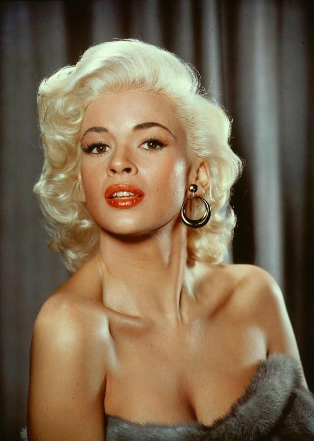 VAKKER: Da Jayne Mansfield ankom Hollywood på 50-tallet fikk hun beskjed om å farge håret platinablondt. FOTO: NTB scanpix