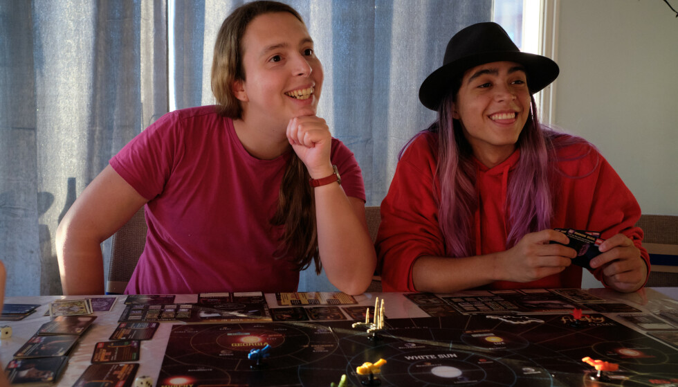 SØSTRE: Søstrene Dea-Renate Miranda og Thea-Alice Husebø-Miranda er begge transpersoner, og lever godt med det. FOTO: Privat