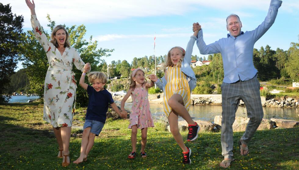 STORFAMILIE: Erin sammen med sine bonusbarn, Martin, Anna og Eline og til høyre den glade far. I Erins mage; en baby på vei. FOTO: Marianne Otterdahl-Jensen