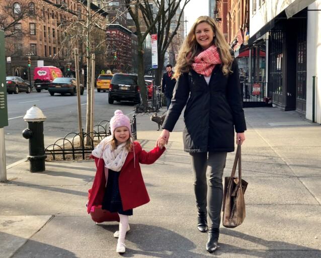 GOOD TIMES: Erin og mellomstejenta Anna på spasertur i New York. Anna var den første som kalte Erin for mamma. FOTO: Privat