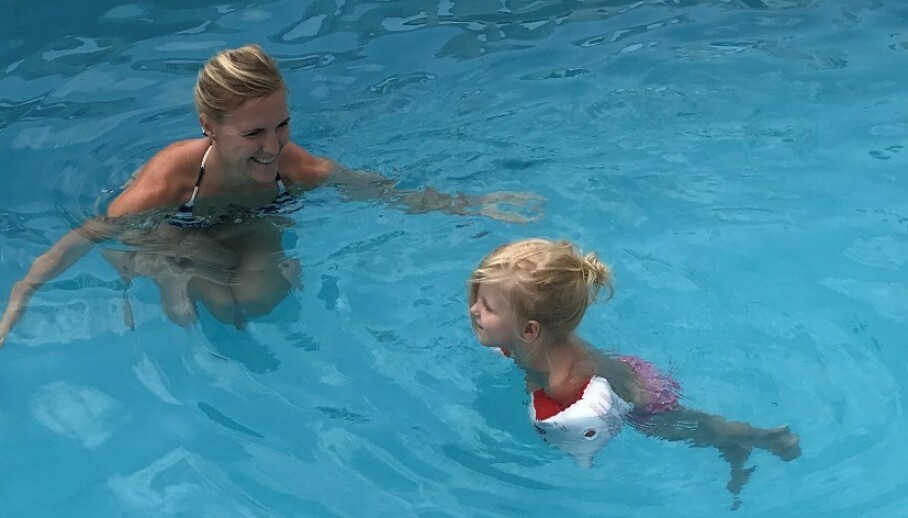 DRUKNING: Dette bildet er tatt samme dag som Madelen og mamma Benedikte kom tilbake fra sykehuset. Da ville treåringen rett ut i bassenget hun hoen dager i forveien hadde druknet i. FOTO: Privat
