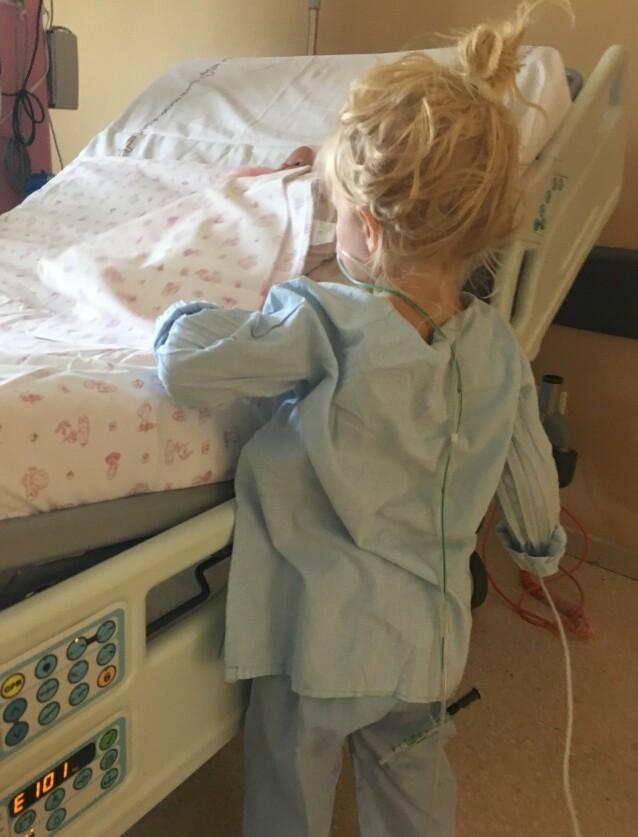 PÅ BEDRINGENS VEI: - Når slanger, pustemaskin og elektroder forsvant, var hun den gode, fine Madelen vi kjente, sier mamma Benedikte til KK. FOTO: Privat