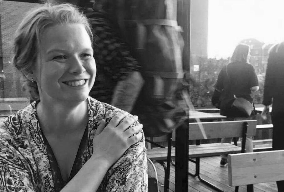 GENUIN INTERESSE: Kari Anne har i mange år hatt en over gjennomsnittet interesse for fenomenet nettdating. Nå debuterer hun som forfatter og gir ut diktbok om temaet Tinder. FOTO: Atle Brandsar