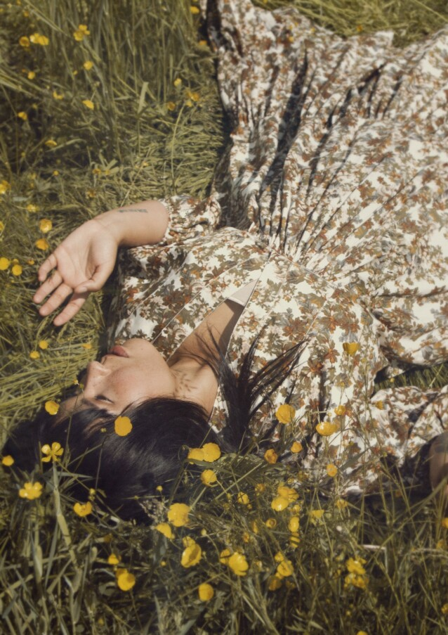 Helt siden artistdebuten med singelen «My Lullaby» i 2002, der hun sang om foreldrenes opprivende skilsmisse, har Maria Mena delt åpent fra sitt eget liv. Kjole fra By Timo. FOTO: Julie Pike