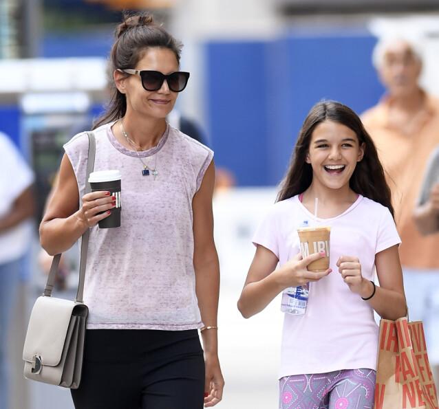 ALENEMOR: Katie Holmes har eneansvaret for datteren Suri Cruise, etter skilsmissen med filmstjernen i 2012. Her er den søte mor og datter-duoen på shopping i New York i 2019. FOTO: NTB scanpix
