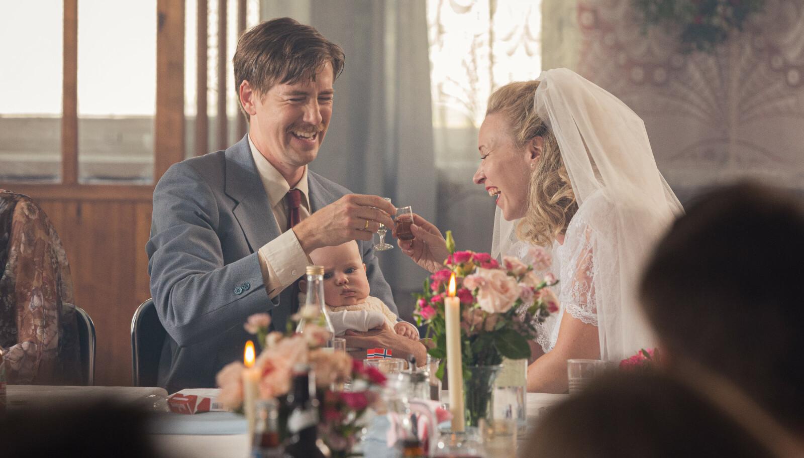 DIANAS BRYLLUP: I filmen, som har premiere i september, spiller Marie Blokhus og Pål Sverre Hagen ekteparet Liv og Terje. De får datteren Diana sammen, og vi følger dem gjennom flere tiår. FOTO: Maipo / Nordisk Film Distribusjon