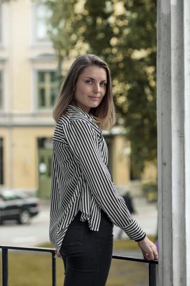 FORSTÅR MER AV EGNE MØNSTRE: Vilde (26) opplever å forstå mer av seg selv gjennom farens historie. Foto: Astrid Waller