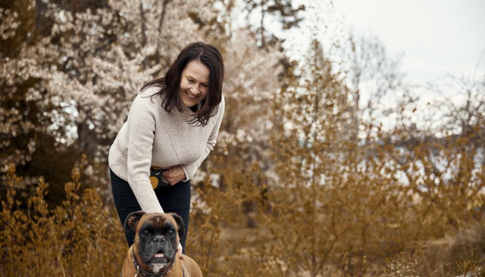 SAMBOERE: Vigdis og hunden Emma Hjorth lever i tosomhet på Nesøya. FOTO: Sara Angelica Spilling