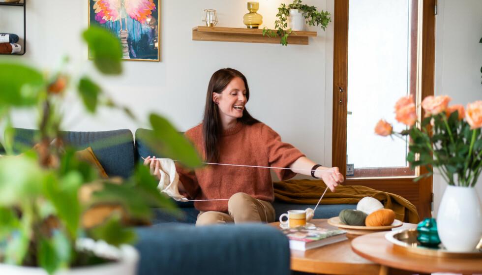 TID FOR STRIKK: Å strikke er en stor del av tilværelsen til Elisabeth som endte opp med hobbyen som jobb. Foto: Heidi Rimereit