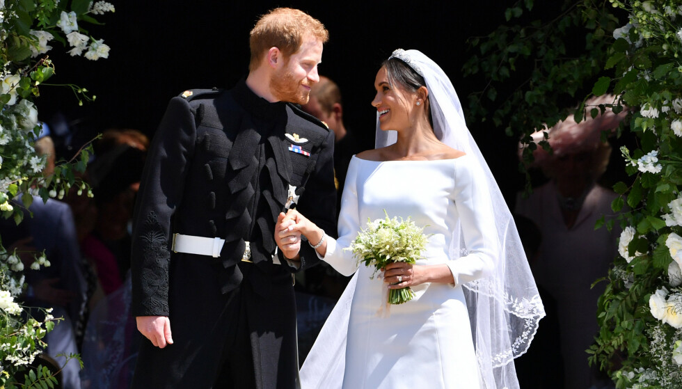EKTEFOLK: Prins Harry og Meghan Markle forlater St. George's Chapel i Windsor Castle som nygifte. FOTO: NTBScanpix.