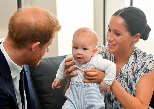 ARCHIE: Harry og Meghan holder en beskyttende hånd over sønnen, og verden var lenge nysgjerrige etter å få se den lille. Her fra 2019, under et møte med Desmond & Leah Tutu Legacy Foundation i Cape Town i South Africa. FOTO: NTBScanpix