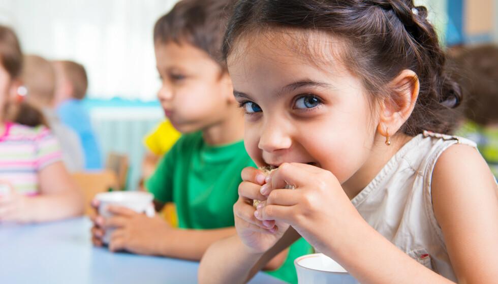 SER PÅ TV I MATFRIMINUTTET: Å se på tv mens de spiser kan føre til at barna spiser for mye eller for lite, og at de mister den sosiale arenaen, mener klinisk ernæringsfysiolog. FOTO: NTB Scanpix
