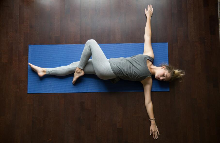 VOND NAKKE: Denne øvelsen, ofte kalt Spinal Twist eller t-spine opener, er gull for stiv nakke, skuldre og rygg. Husk å ha håndflatene mot taket når du utfører øvelsen. FOTO: NTB scanpix