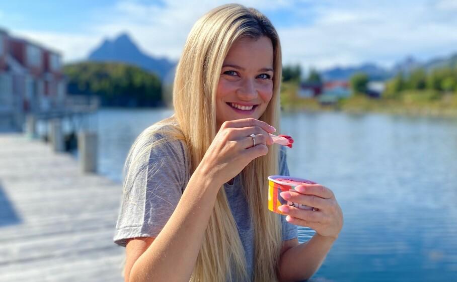 SOMMER OG SJØ: – Det er noe med den roen du finner ved sjøen, sier Sandra Lyng. Da smaker det godt med en is.