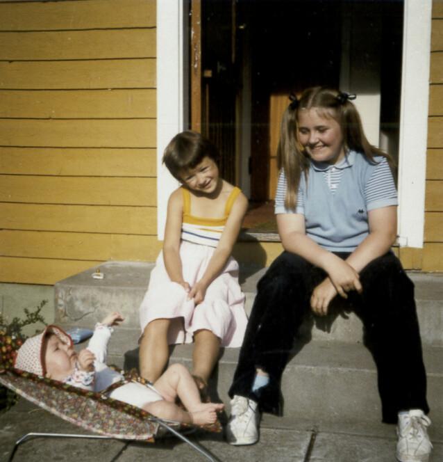 DEN GANG DA: Storesøster Marianne med lillesøster Elsebeth, i babystolen, og barnevakten Nina (t.h.). Barnevakten var blant de siste som så Marianne før hun forsvant. FOTO: Privat