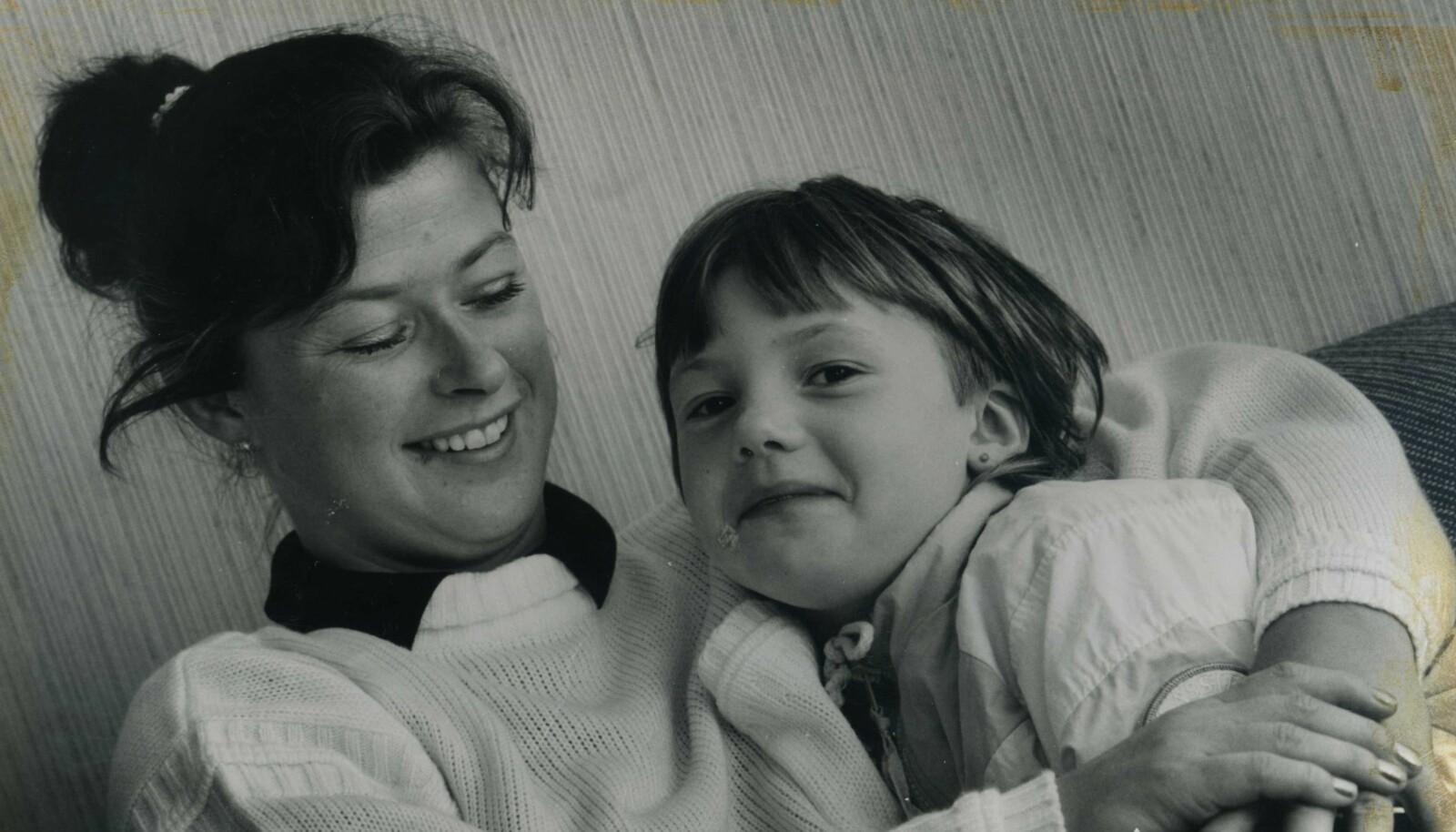 ET LIV UTEN MARIANNE: Lillesøster Elsebeth var bare fire måneder da Marianne forsvant. Hun rakk aldri å bli kjent med storesøsteren sin. Dette bildet er av mamma Torunn og Elsebeth i 1984, tre år etter forsvinningen. FOTO: Privat
