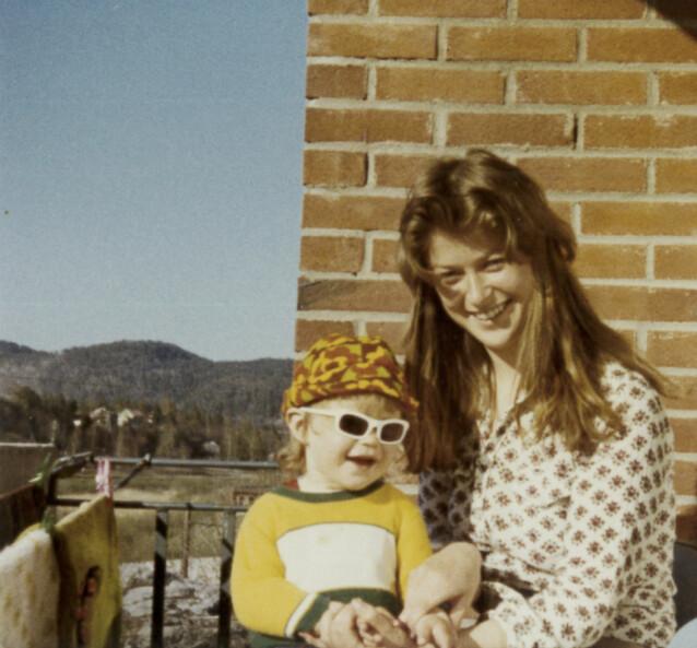 KOM ALDRI HJEM: Mamma Torunn med eldstedatteren Marianne på fanget. Seksåringen Marianne forsvant etter en tur på butikken 28. august 1981. Siden har ingen sett henne. FOTO: Privat