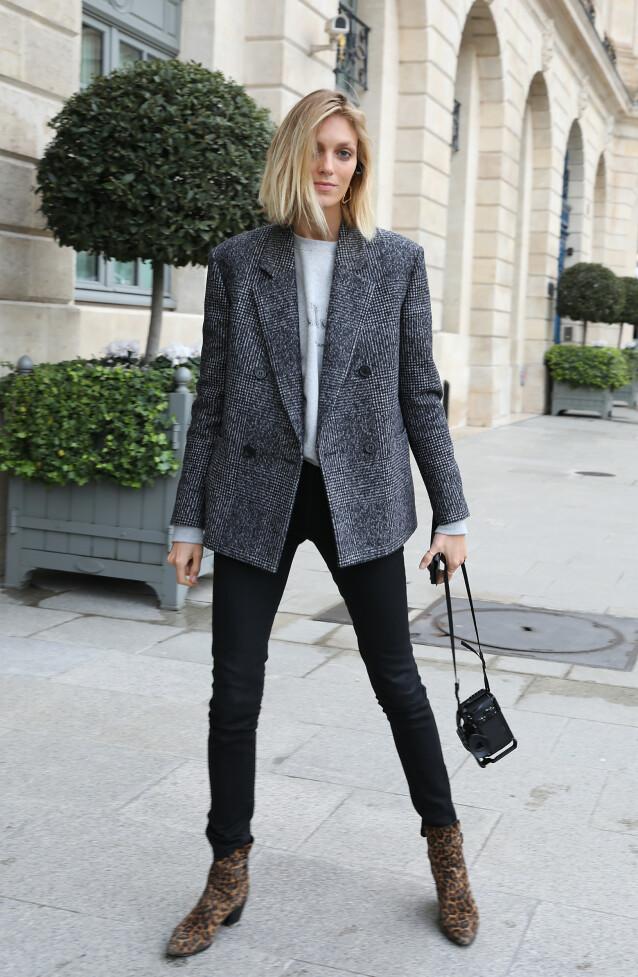 JEANS: Et par smale sorte jeans, som gjerne er høye i livet, gjør underverker for høyden din. FOTO: NTB Scanpix