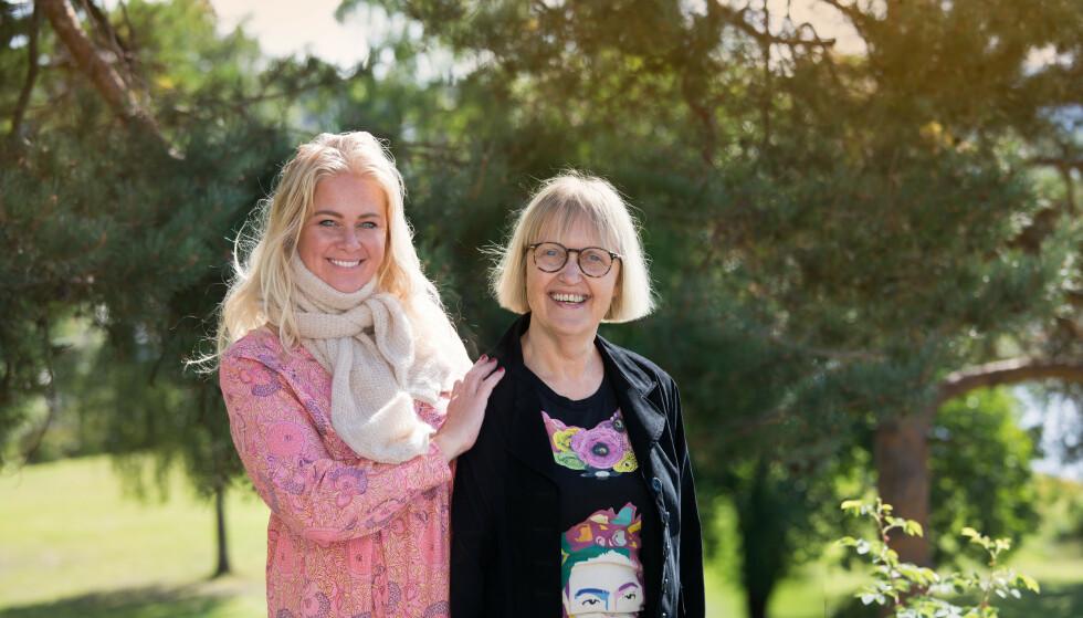 """MOR OG DATTER: """"Hei elskan!"""", sier Herdis Palsdottir når hun møter datteren Bjørg Thorhallsdottir. I dag er relasjonen en helt annen enn da Bjørg var liten og Herdis var en streng mamma. FOTO: Julie Jacobsen (Klær/styling: Mette Agenturer)"""