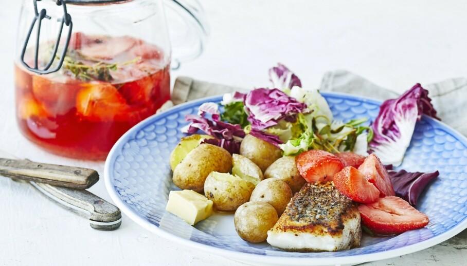 Stekt fisk med nypoteter og syltede jordbær. FOTO: Winnie Methmann