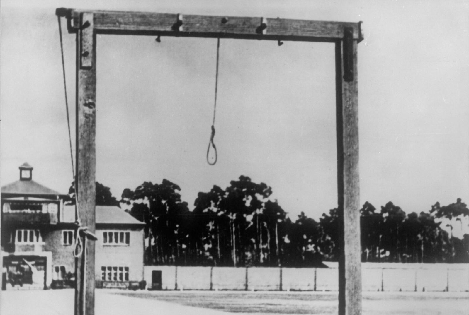 GALGEN: Når Torstein og de andre fangene så at galgen var plassert på appellplassen, visste de at kvelden kom til å bli lang. Dette bildet er tatt i 1960 i Sachsenhausen. FOTO: NTB scanpix