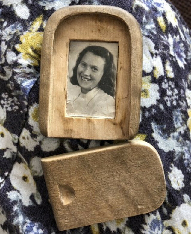 EKTE KJÆRLIGHET: Dette bildet av sin nå avdøde kone Randi, går Torstein med på innerlomma. Den lille trerammen har han spikket til selv. FOTO: Malini Gaare Bjørnstad