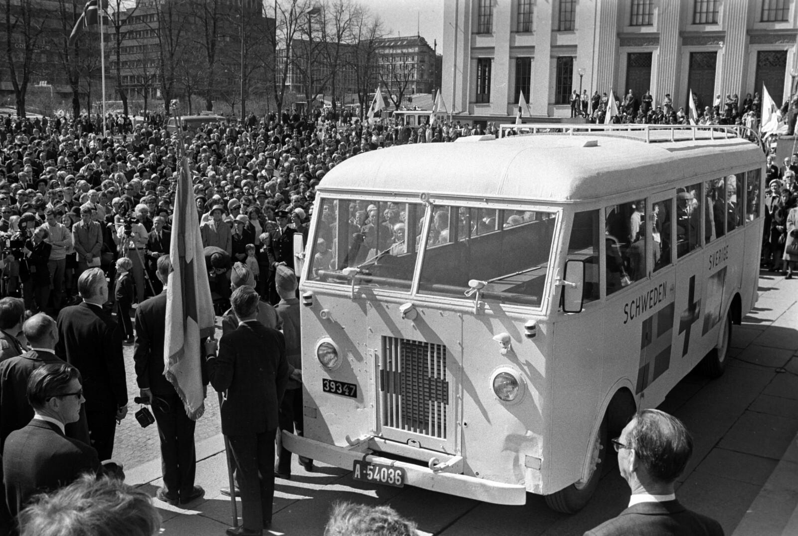 MARKERING: 25-årsjubileet for frigjøringen i 1970, ble markert på Universitetsplassen i Oslo. Bussene, som ble brukt til frakte krigsfanger ut fra fangeleirene i Europa, ble gitt til Norge av Bernadotteforbundet. Det var en slik buss Torstein kom hjem i. FOTO: NTB scanpix