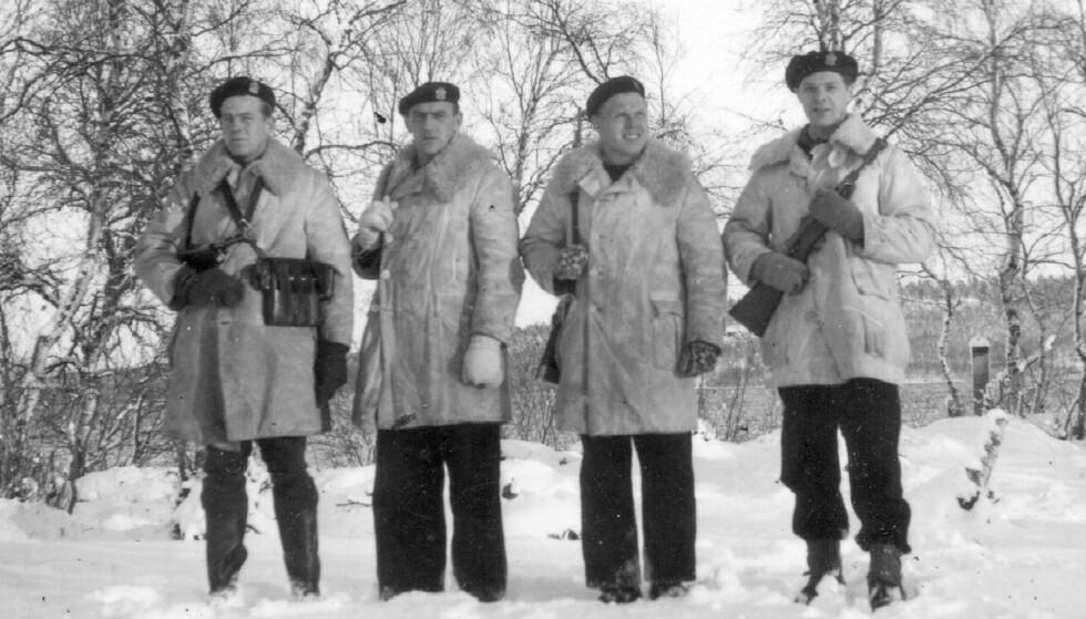 ETTER KRIGEN: Torstein nummer to fra høyre, med tre kolleger, under året som utrykningspoliti i Finnmark. FOTO: Privat