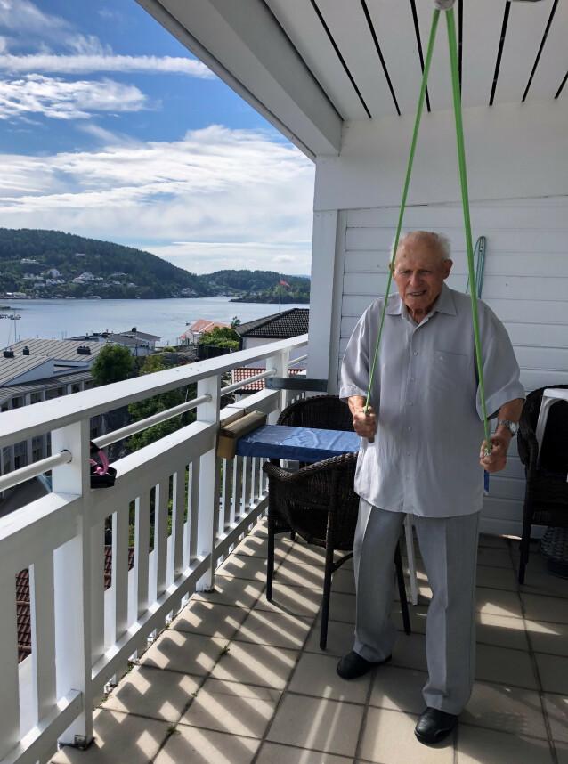 TRENING: For å holde hodet og kroppen i gang, trener Torstein med hjemmelagde treningsapparater 30 minutter hver dag - i tillegg til at han løser kryssord. FOTO: Malini Gaare Bjørnstad