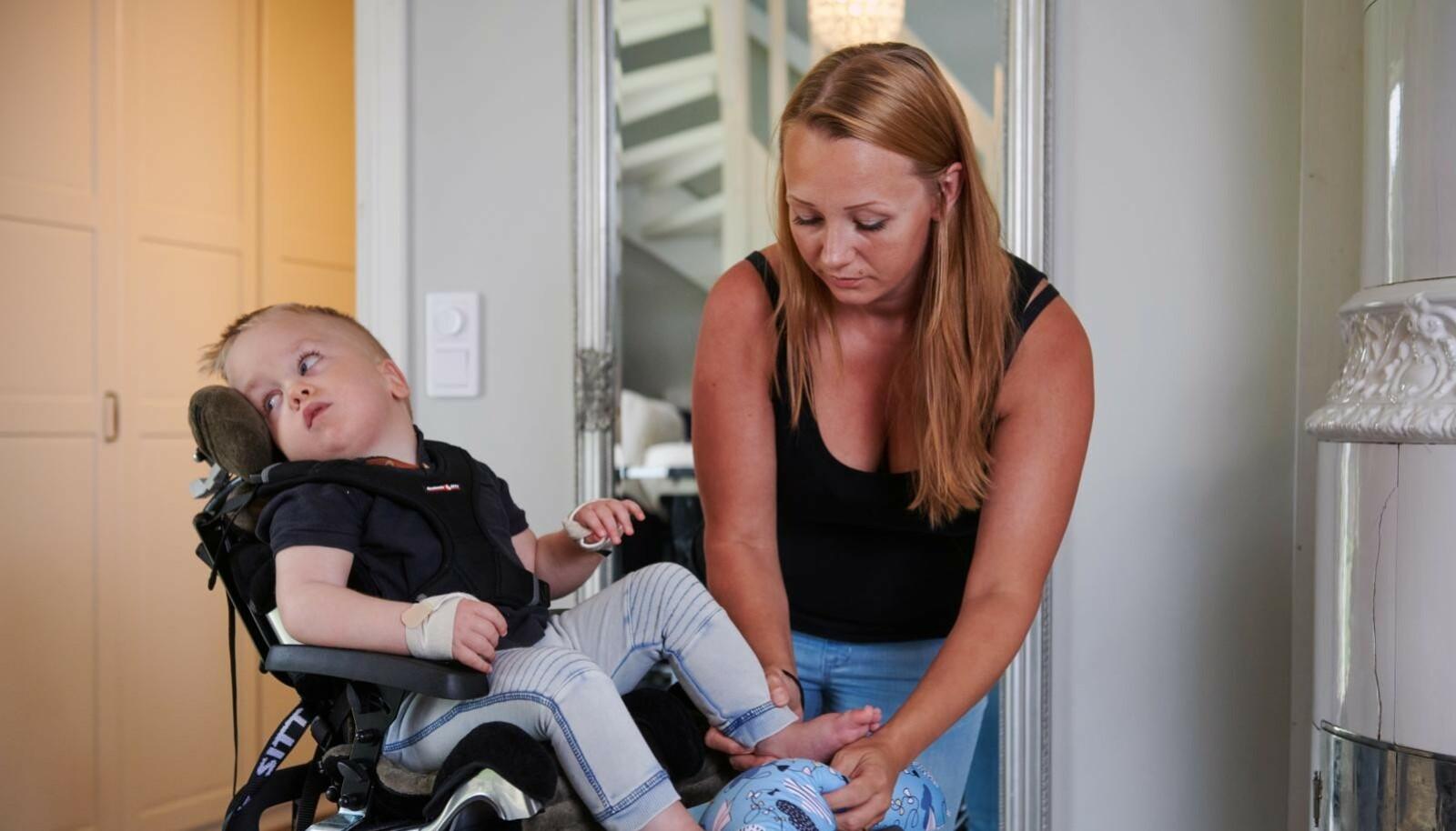 ANNERLEDES LIV: Elton fikk store skader da han ble smittet av herpes under fødselen. Mamma Malin er hjemme med ham på full tid. FOTO: Tommy Hvitfeldt/Allas