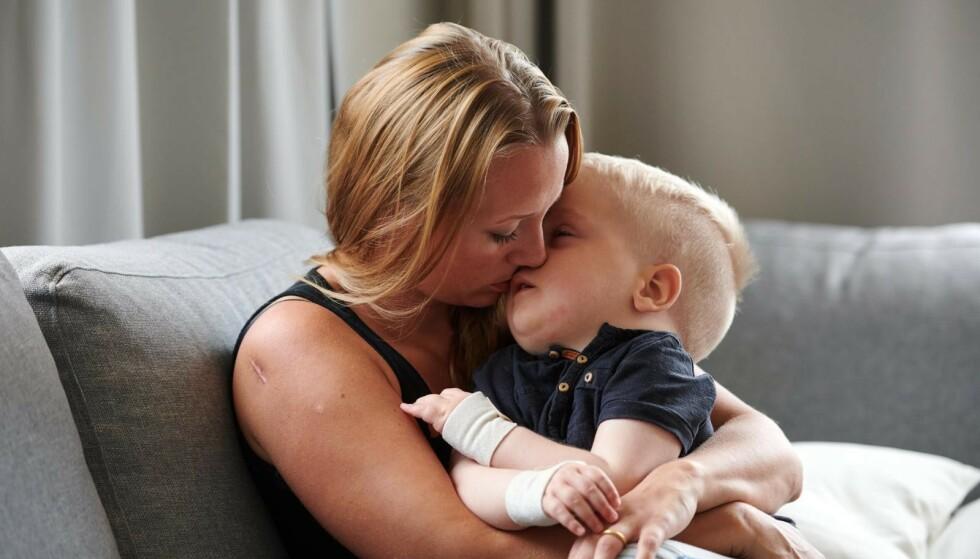 STERK KJÆRLIGHET: Malin forteller at hun setter pris på hvert eneste sekund sammen med sønnen Elton. FOTO: Tommy Hvitfeldt/Allas
