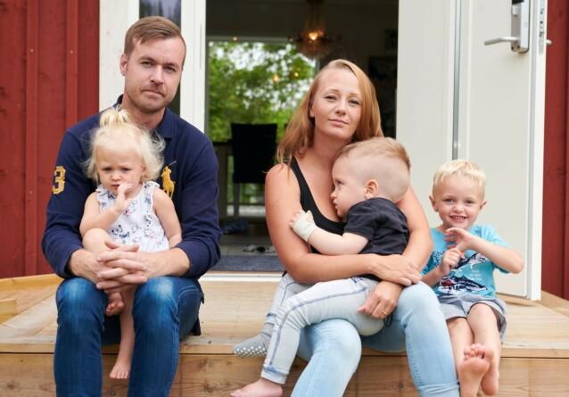 GLEDE I SORGEN: Malin og Calle med barna Linelle (1,5 år), Elton (3) og Louie (4 ). I tillegg har Malin to barn fra et tidligere forhold, som er 11 og ni år. FOTO: Tommy Hvitfeldt/Allas