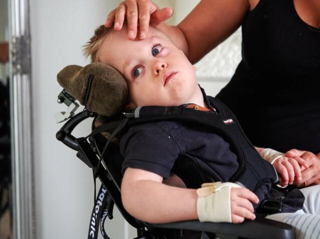 LITEN KJEMPE: Malin steller sønnen Elton, og beskriver ham som en helt fantastisk liten gutt. FOTO: Tommy Hvitfeldt/Allas