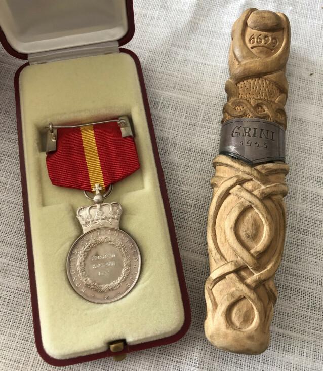 MINNER: I 1984 fikk Torstein kongens Kongens fortjenstmedalje i sølv. - Den ligger i en skuff. Jeg går aldri med den. Det er vel et tegn på at man ikke var dum, og valgte galt, sier Torstein til KK. Knivsliren i tre spikket Torstein under oppholdet på Grini. FOTO: Malini Gaare Bjørnstad