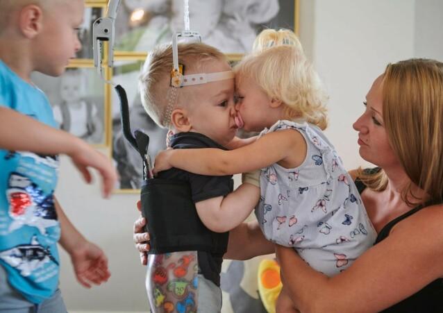 SØSKENKJÆRLIGHET: Malin forteller at Eltons søsken er svært omsorgsfulle overfor broren sin. FOTO: Tommy Hvitfeldt/Allas