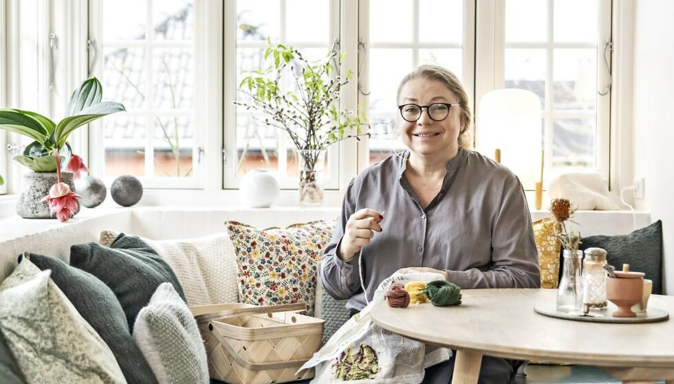 Vibeke Panduro gledet seg over å få en spisestue, men oftest er det kjøkkenet familien bruker. Med masse puter og en benk lager hun lett en koselig krok. FOTO: Cathrine Ertmann
