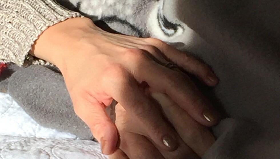 DE SISTE DAGENE: Linda holdt bestemoren i hånden helt inn i døden. FOTO: Privat