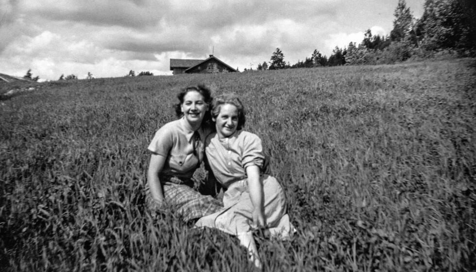 UNGDOMMELIG HÅP: Bestemor Sigrid og søsteren hennes Ingrid, en sommerdag i ungdommen. FOTO: Privat